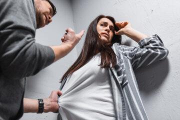 Marito violento: deve pagare il mantenimento?