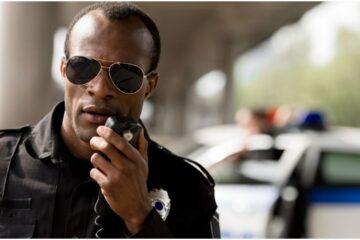 Poliziotto esegue ordine illegittimo: è punibile?