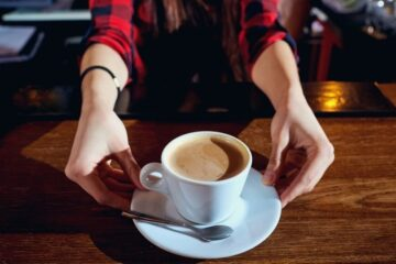 Caffè o aperitivo al banco da lunedì: si rischia la multa?