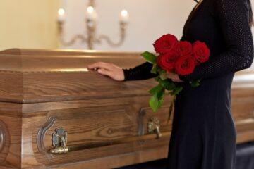 Seppellimento e cremazione: cosa dice la legge?