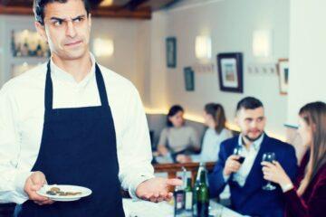 Capello nel piatto: si può denunciare o non pagare?