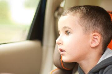 Lasciare un bambino in auto è abbandono di minore?