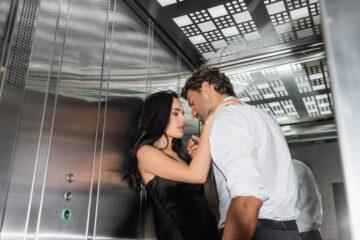 Avere rapporti sessuali in ascensore o in un bagno pubblico è legale?