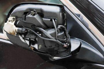 Urtare lo specchietto di un'auto: quando è reato?
