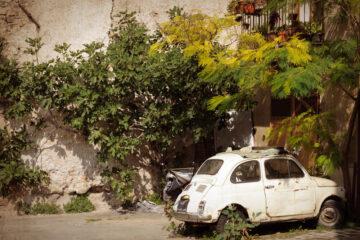 Auto abbandonata nel cortile condominiale